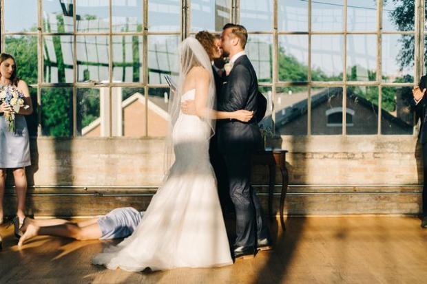 Khoảnh khắc phù dâu ngất xỉu khi cặp đôi đang trao nhau nụ hôn (Ảnh: Sean Cook).