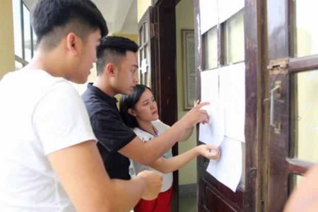 Các thí sinh Nghệ An xem số báo danh trước khi vào phòng