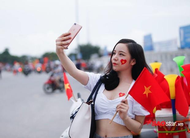 Cận cảnh hot girl ngủ gật nóng bỏng cổ vũ U23 Việt Nam