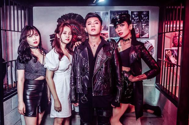 """MV mang đến mộtcâu chuyện đầy ma mị. Trong đó, Gin lần lượt hóa thân thành """"người yêu trong mơ"""" của MisThy, Tam Triều Dâng và BB Trần."""