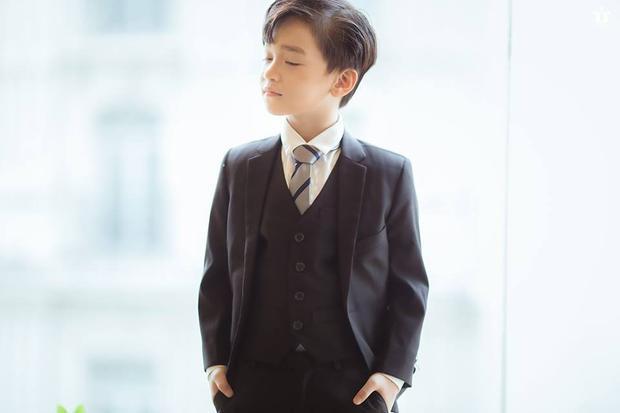 """Hóa thân vào vai """"Phó Chủ tịch"""", Hữu Nhật cực kì chững chạc nhưng cũng không kém phần dễ thương khi mặc vest và thể hiện những hành động """"tự luyến"""" không thua kém gì Park Seo Joon."""