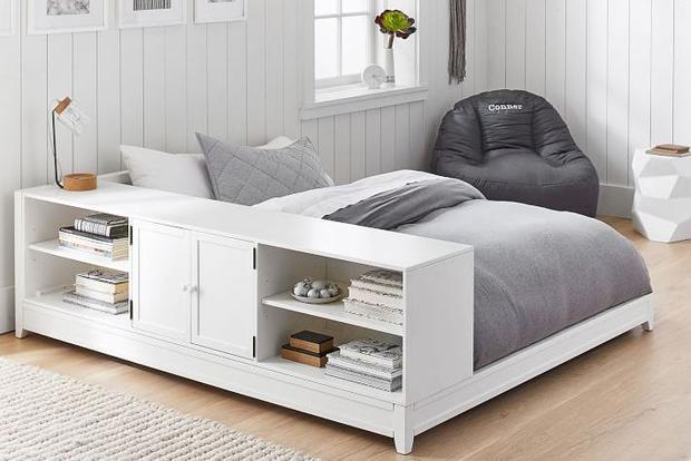 Đây chắc chắn là một chiếc giường quá tuyệt vời, một sự kết hợp giữa giường với tủ đựng đồ. Bạn có thể đựng sách, cốc chén hay nhiều vật dụng khác trong khi bề mặt có thể được sử dụng như một chiếc bàn làm việc. Màu sắc hài hòa cũng là điểm cộng cho thiết kế này.