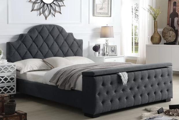 Một chiếc giường với phần cuối như một chiếc tủ đựng đồ với khá nhiều không gian trống. Sự sang trọng là điểm nhấn cho chiếc giường này.