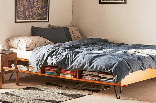 Nếu là người thích đọc sách thì đây là gợi ý tuyệt vời cho bạn. Một sự tích hợp giữa gường ngủ và giá sách độc đáo nơi bạn có thể chứa vài chục cuốn sách cho mình.
