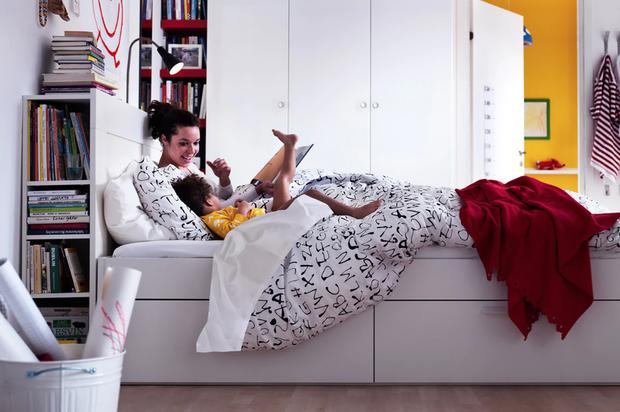 Chiếc giường này thậm chí còn đa năng hơn khi không chỉ là chiếc giá sách độc đáo mà những ngăn phía dưới giúp bạn có thể đựng quần áo, giày dép hay đồ đạc.
