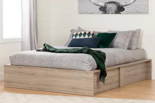 Một chiếc giường khá đơn giản như một chiếc tủ gỗ giúp bạn có không gian để chứa được nhiều đồ hơn.