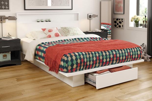 Một chiếc giường với ngăn kéo đẩy khá rộng đựng được khá nhiều đồ như chăn, gối hay quần áo.