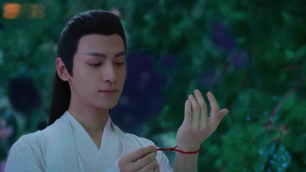 Dạ Thần đeo luôn sợi dây Cẩm Mịch tặng rồi