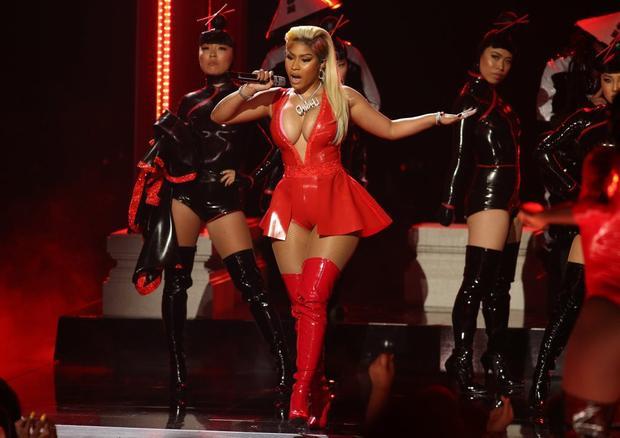 Album mãi không lên kệ, Nicki Minaj lại bị tố chơi xấu Ariana Grande và đây là cách cả 2 đáp trả!
