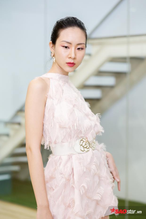 Một gương mặt khác cũng nhận được nhiều lời khen là Đông Hạ. Vẻ đẹp Á đông cùng kinh nghiệm làm mẫu khiến cô nàng được nhận định là một nhân tố sáng giá trong cuộc thi.