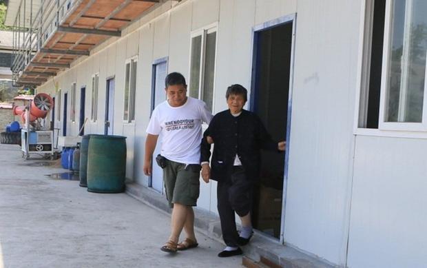 Anh Wu Tianxi đưa mẹ cùng đi làm trong suốt 3 năm. Ảnh: Dailymail.