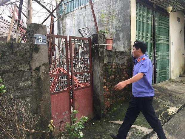 Lực lượng chức năng có mặt tại số nhà 9, tổ 21, phường Tân Thịnh, TP Hòa Bình chiều 3/8 để khám xét căn nhà của ông Đỗ Mạnh Tuấn. Ảnh: Tri Thức Trẻ.