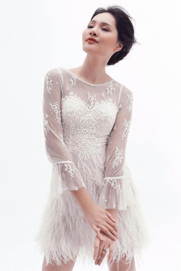 """Hoa hậu đẹp nhất châu Á đã có những khoảnh khắc thư thái tạo dáng trong những thiết kế hiện đại đến từ BST """"Mặt trời phương đông""""."""