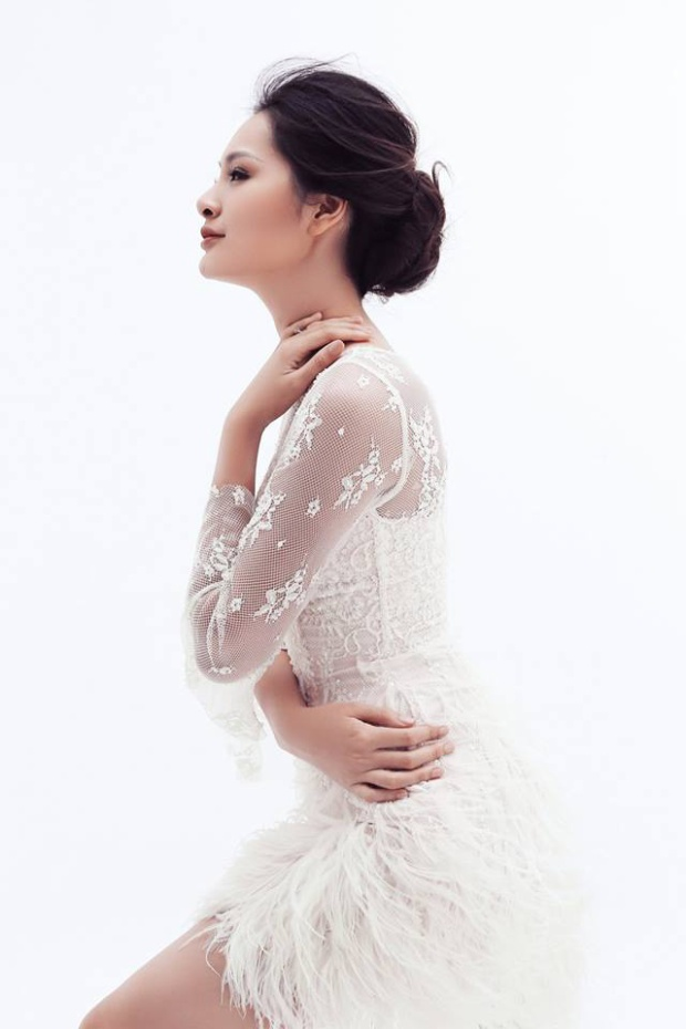 Với thân hình hoàn mỹ, khuôn mặt sáng và làn da trắng không tì vết, Hoa hậu đẹp nhất Châu Á 2009 Hương Giang luôn trở thành tâm điểm được mọi người chú ý khi xuất hiện tại các sự kiện. Người đẹp luôn ghi điểm bởi phong cách ăn mặc sang trọng, tinh tế nhưng không kém sự gợi cảm. Sau 8 năm kết hôn, giờ đây Hương Giang đã viên mãn hạnh phúc với tổ ấm nhỏ.