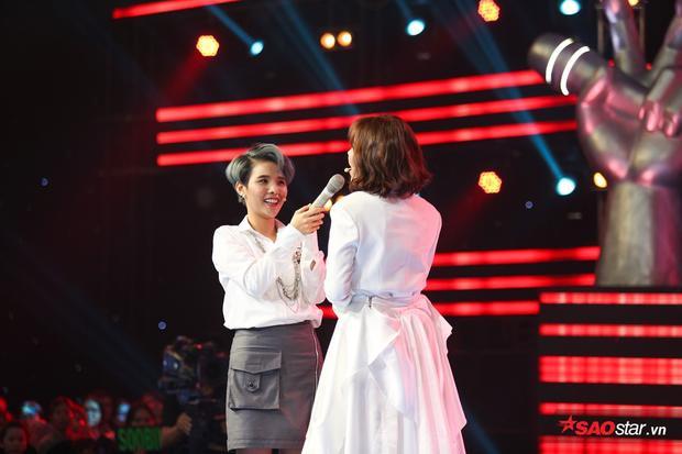 Vũ Cát Tường phấn khích cầm mic cho Lưu Hương Giang.