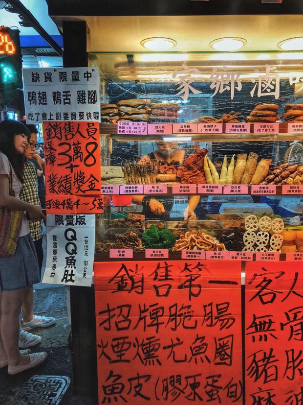 Một quầy bánTả bí lù -gồm có đồ lòng, ngó sen, rau để thực khách tự do lựa chọn, sau đó người bán sẽ kho chung những món đó với ngũ vị hương. Mùi vị tương tự như phá lấu ở Việt Nam.