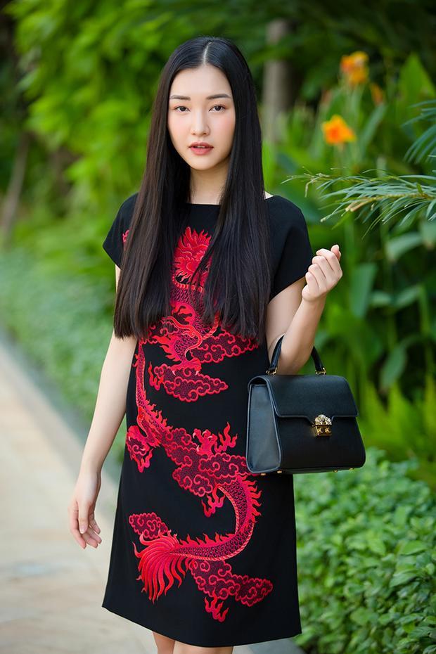 Nàng thơ xứ Huế khoe vẻ đẹp mong manh yêu kiều trong chiếc váy suông của NTK Đỗ Mạnh Cường. Người đẹp vẫn trung thành với kiểu tóc đen giản dị nhưng sử dụng thêm túi cầm tay nhằm cộng điểm thời thượng.