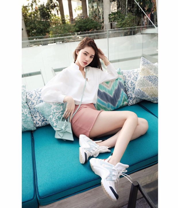 """Jolie Nguyễn vô cùng ngọt ngào với set đồ tông màu pastel. Đặc biệt, sự xuất hiện của đôi giày Louis Vuitton Archlight đang """"hot"""" cũng khiến bộ cánh được nâng tầm lên nhiều lần."""