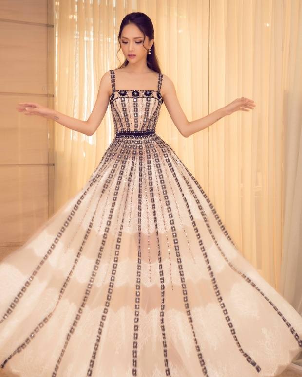 Tuy chiếc váy thứ 3 không phải là trang phục mang tông màu nổi, nhưng với các chi tiết hoa đính kết kỳ công, kết hợp cùng kiểu tạo dáng thần sầu cộp mác Hương Giang, thật chẳng ngoa khi nói rằng, việc cô nàng dẫn đầu top sao đẹp là điều hoàn toàn xứng đáng.