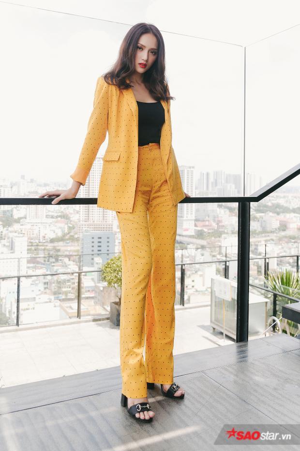 """Diện đẹp cả cây vest màu vàng có vẻ là điều không dễ dàng với nhiều sao Việt, nhưng Hương Giang hoàn toàn có cách riêng của mình để chinh phục outfit """"khó nhằn"""" này."""