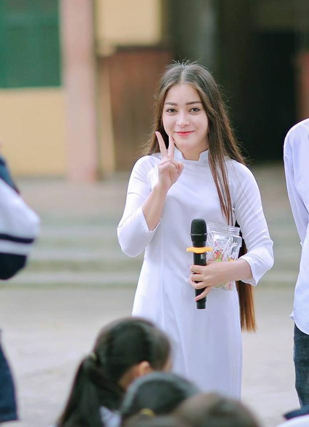 Nữ chính trong những khoảnh khắc ấn tượng này là Nguyễn Hằng (sinh năm 2000), hiện đang sinh sống tại Hà Nội, cô bạn này vừa là tân nữ viên của trường Đại học Sân khấu Điện ảnh.