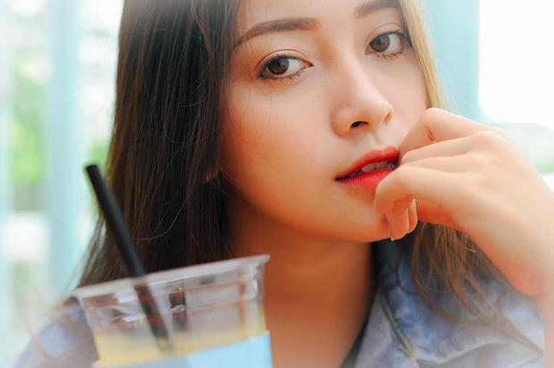 """Ở độ tuổi 18, Nguyễn Hằng không sở hữu nét đẹp tròn trịa như vẻ đẹp Á đông nhiều người vẫn ao ước mà thay vào đó là sống mũi cao, khuôn miệng xinh xắn, đôi mắt sâu và to rất """"lạ""""."""