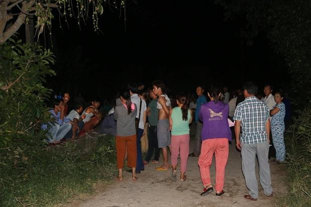 Nhiều người dân tập trung tại hiện trường bàn tán vụ việc. Ảnh: Vietnamnet.