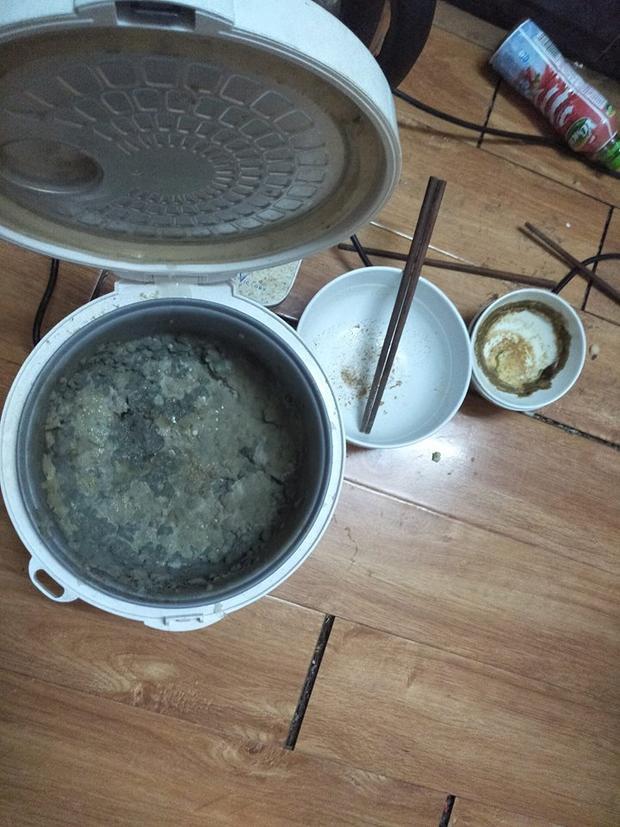 Nồi cơm, bát thức ăn chua kịp dọn đều lên mốc đen kịt, ôi thiu không thể tưởng tượng nổi.