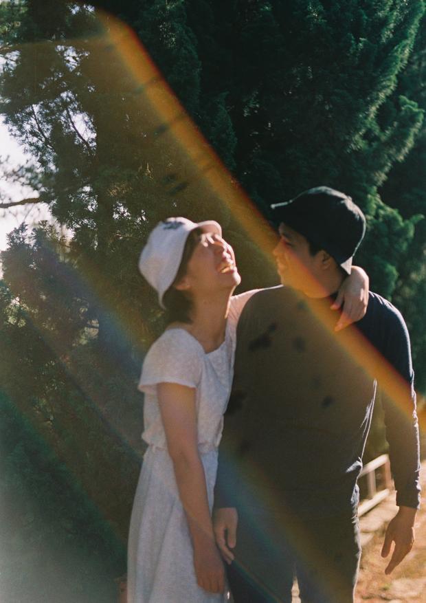 Chỉ vì chụp ảnh cưới bằng phim quá giản dị, lại còn cười toe toét, cặp đôi này đã suýt bị bố mẹ giận