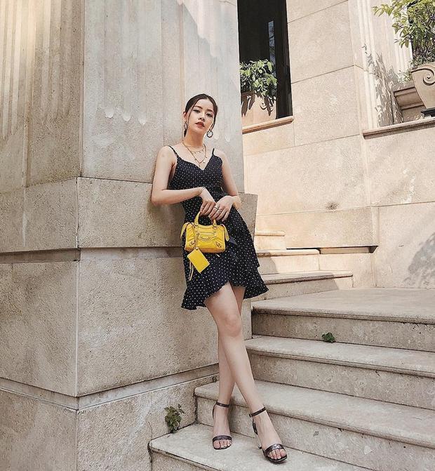 Chi Pu sành điệu với chiếc túi Balenciaga tông màu vàng sáng làm phụ kiện nâng tầm bộ đầm đen hoạ tiết chấm bi.