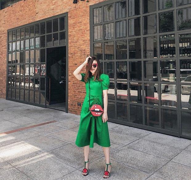 Ca sĩ Yến Nhi chọn cho mình bộ đầm xanh lá cây hơi hướng retro cùng cái túi hình đôi môi đỏ nổi bật.