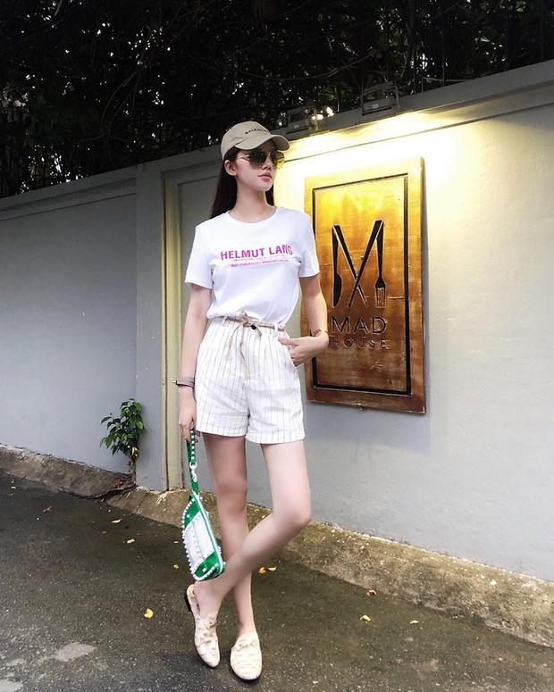 """Trang phục thường ngày của Jolie Nguyễn nổi bật với chiếc túi nạm đính """"cộp mác"""" Valentino"""