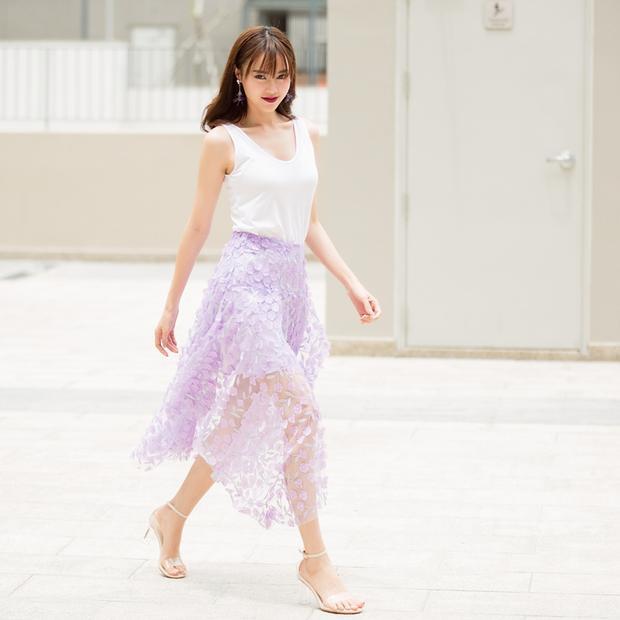 Ninh Dương Lan Ngọc duyên dáng với đầm sát nách trắng, phối layer phá cách với chân váy xuyên thấu màu tím phấn.