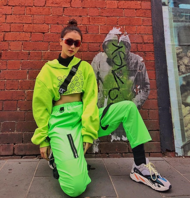 """Quỳnh Anh Shyn xứng đáng với danh hiệu """"phong cách đường phố"""" với set đồ phủ sắc xanh neon chói mắt theo phong cách thể thao."""