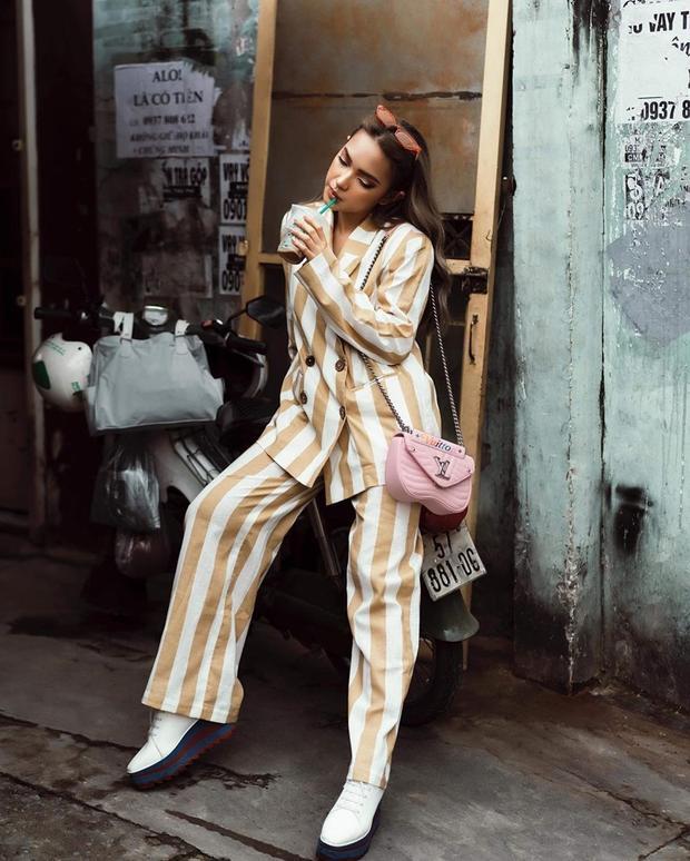 """Suit với kiểu quần ống rộng và có tông màu sáng cũng là """"vũ khí"""" thời trang của Châu Bùi trong buổi dạo phố tuần qua, tô điểm nổi bật bằng chiếc túi New Wave mới toanh từ thương hiệu Louis Vuitton."""