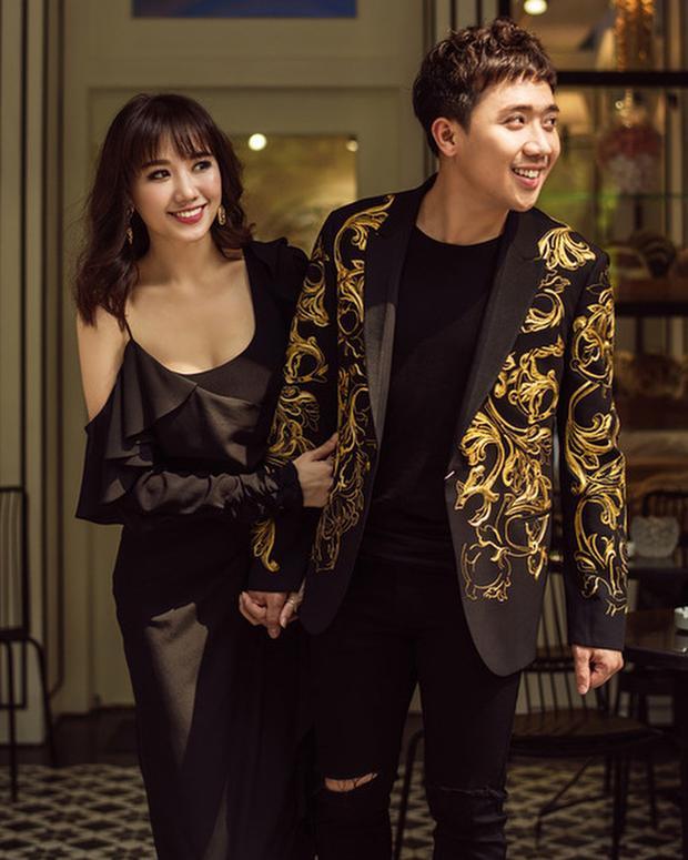 Rũ bỏ hình tượng dễ thương kiểu Hàn như thường lệ, Hariwon xuất hiện sang trọng và quyến rũ với mắt được kẻ đậm và màu môi đỏ rượu. Phong cách trang điểm hài hòa với trang phục dự tiệc.