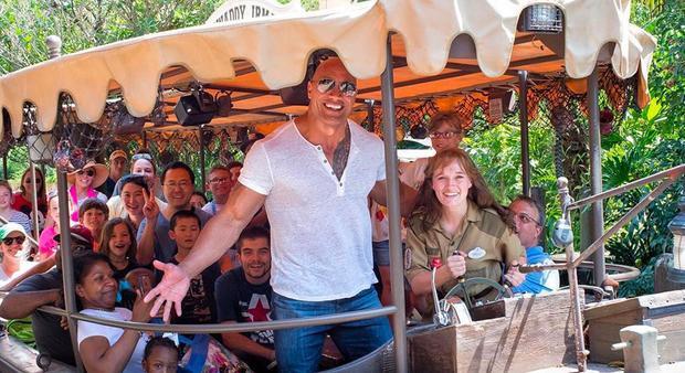 The Rock chụp ảnh cùng các thành viên của đoàn làm phim Jungle Cruise