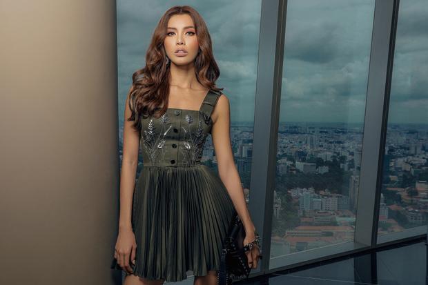 Chiếc váy ngắn đem đến vẻ sang trọng, nhưng không kém phần gợi cảm cho người mặc.