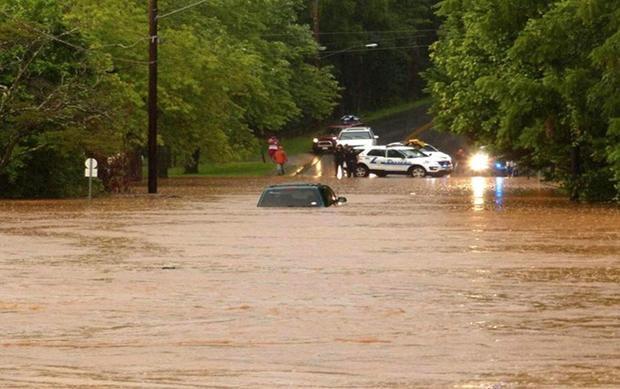 Tình trạng trở nên nguy kịch khi lượng nước ngày càng dâng cao. Những chiếc xe cảnh sát luôn túc trực tại một ngọn đồi đằng sau đập.
