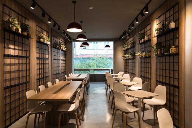 """Không gian nhà hàng đậm chất châu Âu, Tonda cũng trở thành một địa điểm """"sống ảo"""" yêu thích của giới trẻ Sài Thành. Giới trẻ nô nức 'check in' với pizza kiểu mới Pizzetta chuẩn Ý lần đầu có mặt tại Việt Nam"""