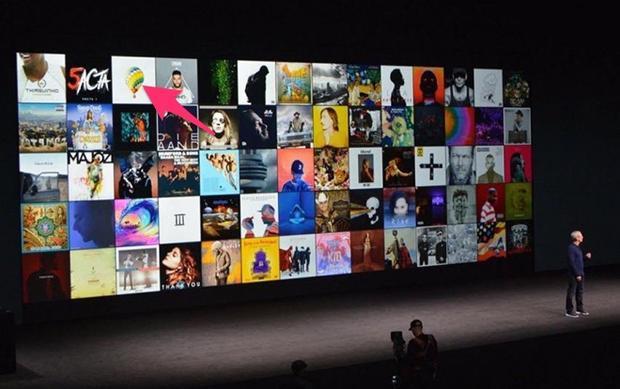 Hình ảnh album Young Forever trên sân khấu sự kiện ra mắt iPhone 7 năm 2016.