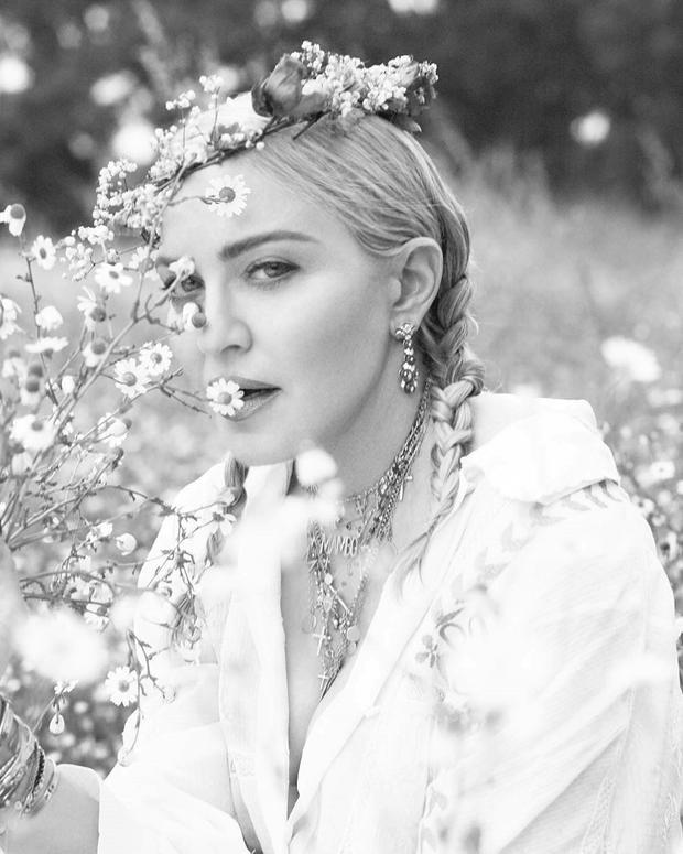 Vẻ đẹp tự nhiên, quyến rũ trong một bức chân dung đơn sắc của Madonna