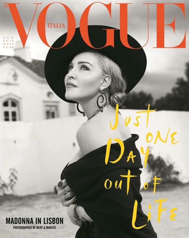 Ở tuổi 60, nhan sắc mặn mà trong loạt ảnh tạp chí của bà khiến nhiều người phải ngưỡng mộ.