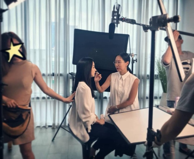 Bức hình Kim Tae Hee được một chuyên gia trang điểm đăng tải gây nhiều tranh cãi.