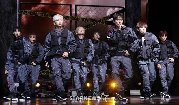 Nhóm nhạc tân binh D-Crunch mặc áo chống đạn để biểu diễn trên sân khấu debut.