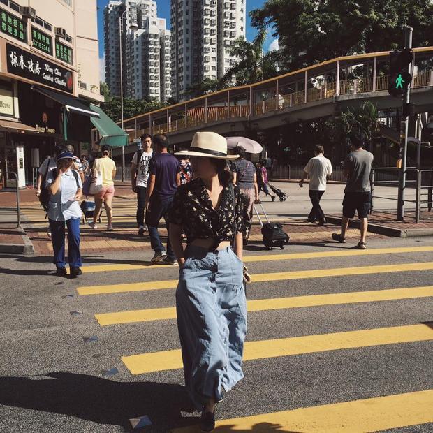 """Hồng Khanh chọn trang phục đơn giản khi đi du lịch cùng gia đình. Sở hữu chiều cao không quá nổi bật, cô bé khéo léo chọn trang phục giúp """"ăn gian"""" chiều cao như crop top kết hợp với chân váy dài."""