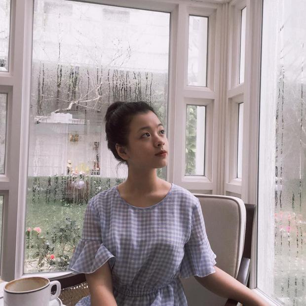 """Hồng Khanh chọn phong cách makeup đơn giản, tự nhiên phù hợp với độ tuổi. Sở hữu đường nét thanh tú bẩm sinh, cô bé không cần """"họa mặt"""" rườm rà vẫn xinh đẹp ngời ngời!"""