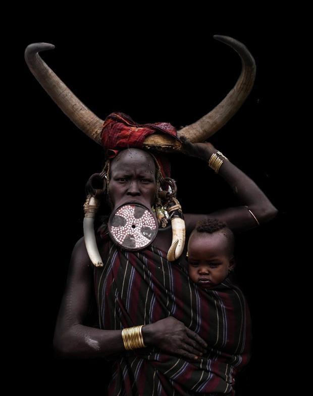Việc lồng đĩa vào môi dưới là một biểu tượng của vẻ đẹp và thể hiện đẳng cấp xã hội của người phụ nữ trong bộ tộc.