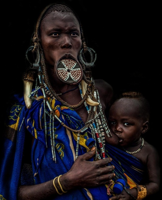 Trong khi phụ nữ làm đẹp bằng những chiếc đĩa thì cánh đàn ông của bộ tộc lại hãnh diện với những vết sẹo trên cơ thể. Mỗi một vết sẹo lại là minh chứng cho một kẻ thù mà anh ta đã hạ gục.