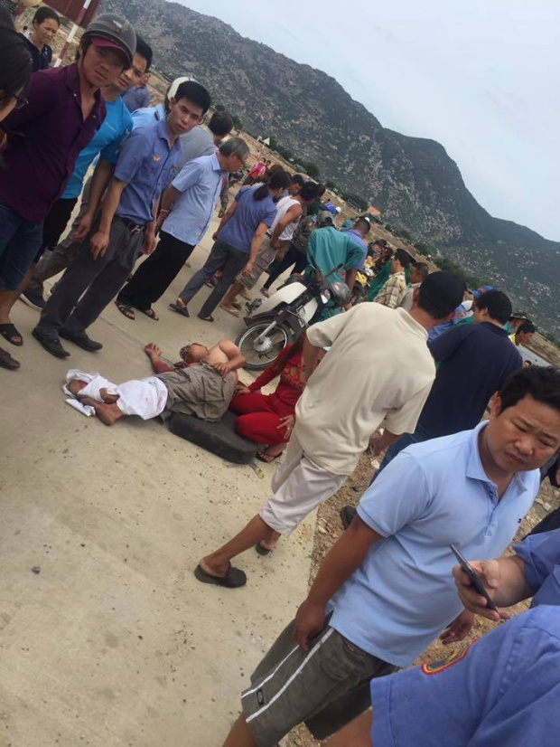 Vụ tai nạn khiến lái xe và phụ xe tải bị thương nặng, ngoài ra phụ lái tàu cũng bị thương nhẹ.